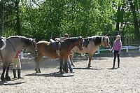 Mädchen beim Reitunterricht auf Ponyhof, Mädchen mit ihren Reitponys auf dem Reitplatz, Reiten, Reiterhof, Gestüt