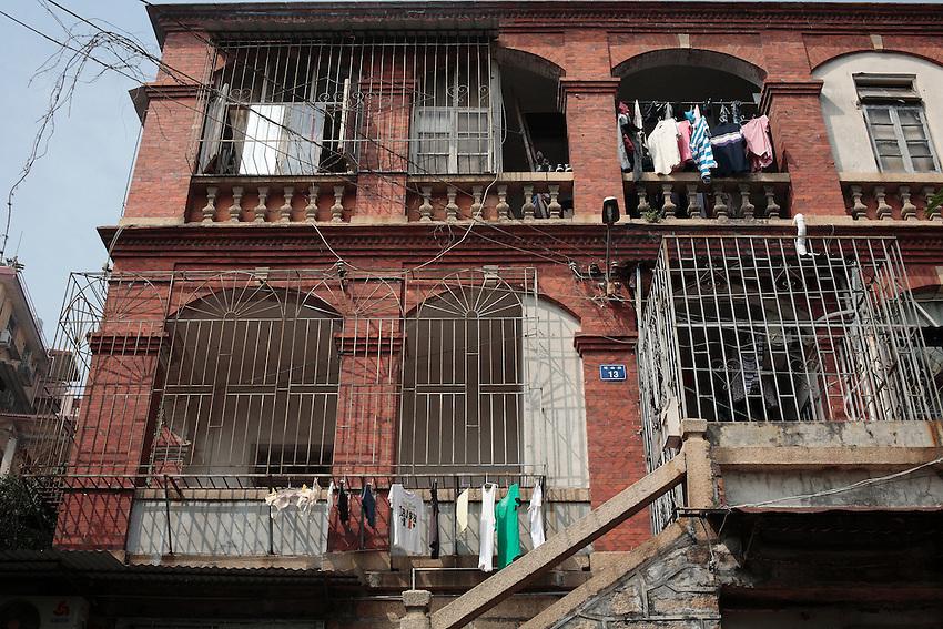 Les bâtiments les moins luxueux ont été redistribués à des familles chinoises par le gouvernement après 1949.