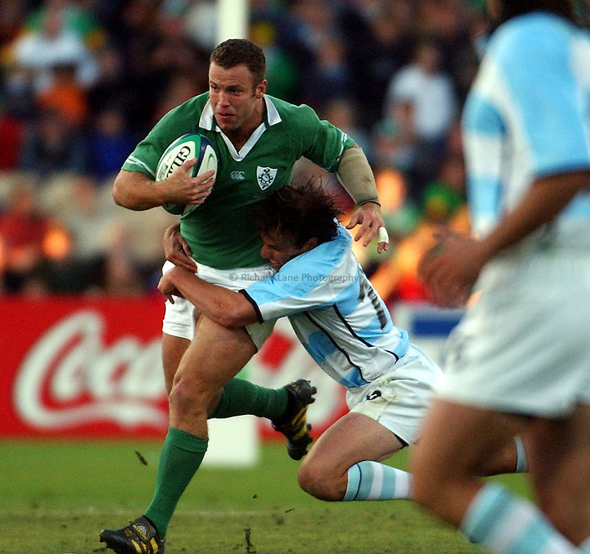 Photo: Jack Atley..Argentina v Ireland.  The Adelaide Oval, Adelaide. RWC 2003. 26/10/2003..Kevin Maggs attacks.