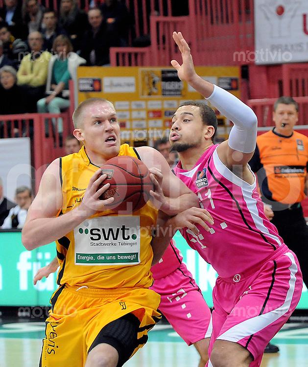 Basketball   1. Bundesliga 2012/2013 Walter Tigers Tuebingen - Telekom Baskets Bonn     10.04.2013 Johannes Lischka (li, Tigers) gegen Kyle Weems (Bonn)