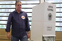 CAMPINAS, SP, 28.10.2018: ELEIÇÕES-2018 - O prefeito de Campinas, Jonas Donizetti (PSB), realiza votação na Escola Milton de Tolosa na manhã deste domingo em Campinas, interior de São Paulo. (Foto: Luciano Claudino/Código19)