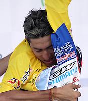 BOGOTA - COLOMBIA - 16  -06 -2013: Jonathan Millán se coloca la camiseta de líder de la vuelta a Colombia en bicicleta. Séptima etapa de la vuelta a Colombia en bicicleta disputada entre la ciudad de Ibagué y Bogotá. (Foto: VizzorImage / Felipe Caicedo / Staff).  Jonathan Millán se coloca la camiseta de lider de la vuelta a Colombia en bicicleta. Séptima etapa de la vuelta a Colombia en bicicleta disputada entre la ciudad de Ibagué y Bogotá.VizzorImage / Felipe Caicedo / Staff
