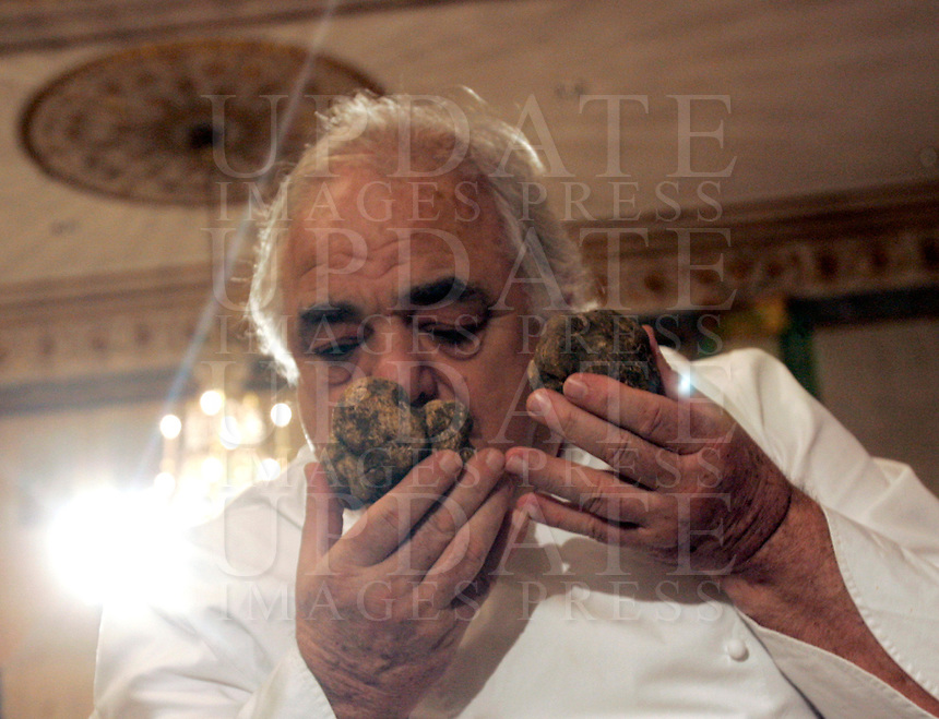 Lo chef Romano Tamani annusa dei tartufi all'Asta Internazionale del Tartufo Italiano, a Roma, 12 dicembre 2009..Italian chef Romano Tamani smells truffles during the International Auction of the Italian Truffle in Rome, 12 december 2009..UPDATE IMAGES PRESS/Riccardo De Luca