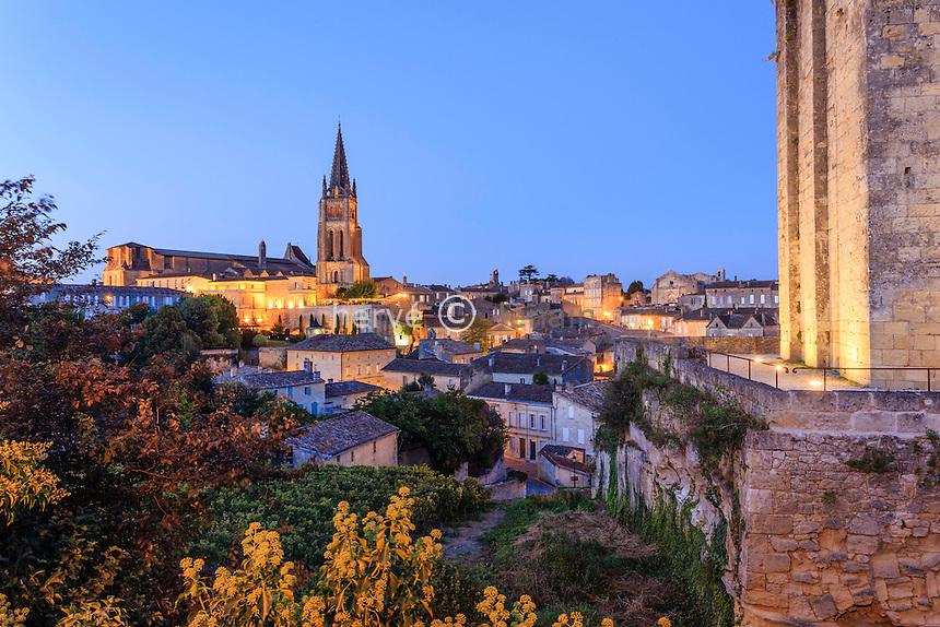 France, Gironde (33), Saint-Émilion, classé Patrimoine Mondial de l'UNESCO, le soir, clocher de l'église monolithe, la tour du Roy // France, Gironde, Saint Emilion, listed as World Heritage by UNESCO, bell tower of the monolithic church, the tower of the King at night