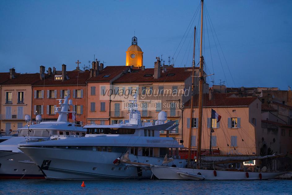 Europe/Provence-Alpes-Côte d'Azur/83/Var/Saint-Tropez: Le port -les Yachts et le clocher de l'église vue nocturne