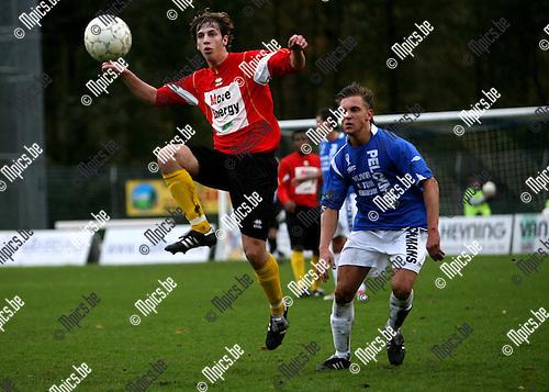 Turnhout - Maldegem: Bulens (Turnhout) kijkt hoe Janssens de bal controleert.