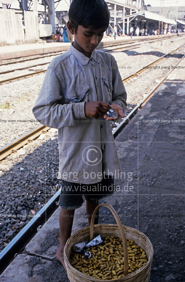 "S?dasien Asien Indien IND Bombay , Srassenjunge Ranjit verkauft Erdnuesse in S-Bahn Zuegen und auf dem Bahnhof  - Kinder Strassenkinder Armut xagndaz | .South Asia India Mumbai Bombay , street child Ranjit sells peanuts in city trains and at railway station - poverty children  .| [ copyright (c) Joerg Boethling / agenda , Veroeffentlichung nur gegen Honorar und Belegexemplar an / publication only with royalties and copy to:  agenda PG   Rothestr. 66   Germany D-22765 Hamburg   ph. ++49 40 391 907 14   e-mail: boethling@agenda-fototext.de   www.agenda-fototext.de   Bank: Hamburger Sparkasse  BLZ 200 505 50  Kto. 1281 120 178   IBAN: DE96 2005 0550 1281 1201 78   BIC: ""HASPDEHH"" ,  WEITERE MOTIVE ZU DIESEM THEMA SIND VORHANDEN!! MORE PICTURES ON THIS SUBJECT AVAILABLE!! INDIA PHOTO ARCHIVE: http://www.visualindia.net ] [#0,26,121#]"