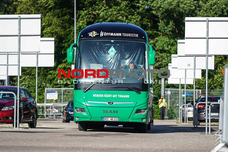 Der Gruen weisse Werder Bus kommt am Stadion in Heidenheim an<br /> <br /> <br /> Sport: nphgm001: Fussball: 1. Bundesliga: Saison 19/20: Relegation 02; 1.FC Heidenheim vs SV Werder Bremen - 06.07.2020<br /> <br /> Foto: gumzmedia/nordphoto/POOL <br /> <br /> DFL regulations prohibit any use of photographs as image sequences and/or quasi-video.<br /> EDITORIAL USE ONLY<br /> National and international News-Agencies OUT.