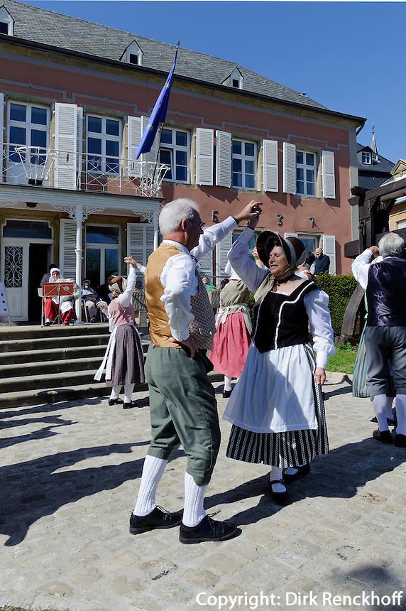 Volkstanz und Trachtengruppe vor dem Weinmuseum in Ehnen, Luxemburg