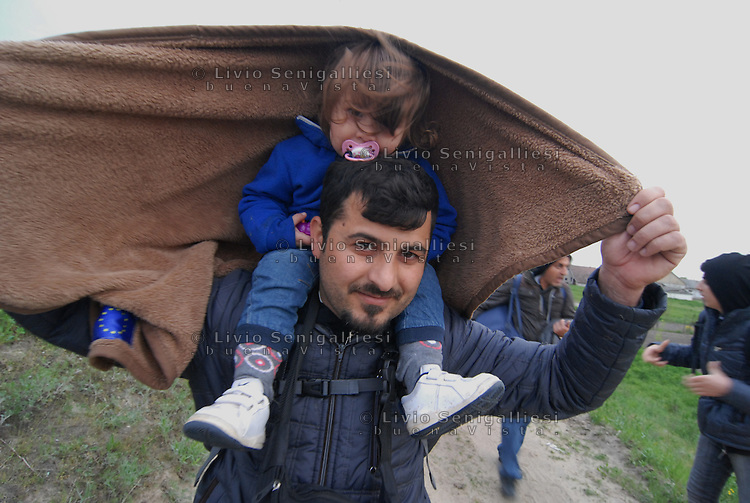 Subotica / Serbia  160416<br /> Refugees walking towards the border between Serbia and Hungary.<br /> In the picture a young Syrian father with his daughter.<br /> Photo Livio Senigalliesi