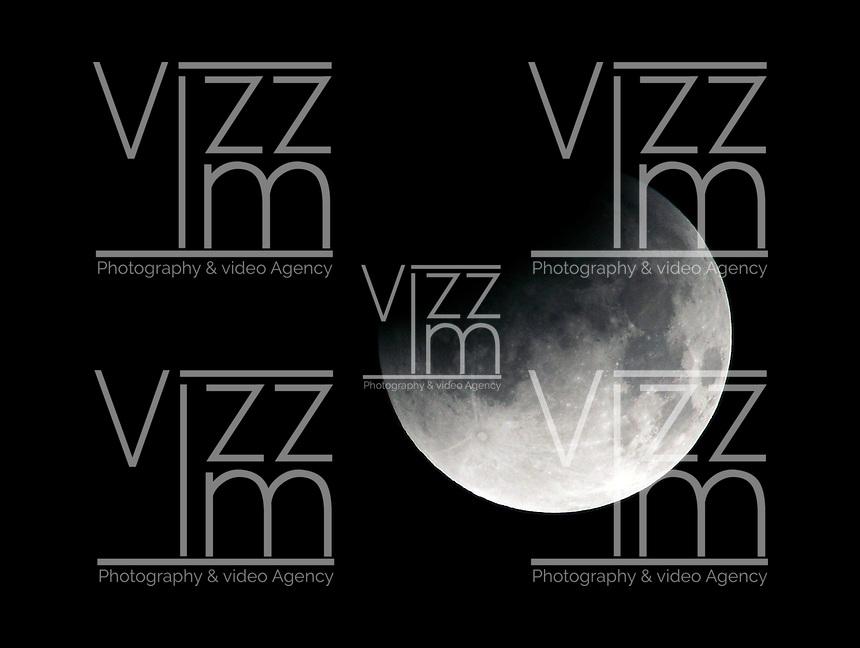 "SISGA -COLOMBIA. 15-04-2014. Eclipse lunar observado desde Colombia y es el primero de la tétrada de ""Lunas Rojas"" que se repetirá cada seis meses en un lapso de año y medio./ Aspect of the lunar eclipse seen from Colombia and is the first of the tetrad of ""Red Moons"" (four total lunar eclipses in series) that will be repeat each six months in a span of a year and half.   Photo: VizzorImage/Gabriel Aponte/ Str"