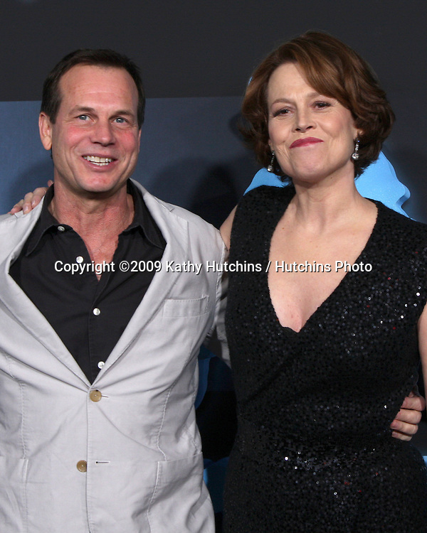 Bill Paxton & Sigourney Weaver.arriving at the Los Angeles Premiere of Avatar.Grauman's Chinese Theater.Los Angeles,  CA.December 16, 2009.©2009 Kathy Hutchins / Hutchins Photo.