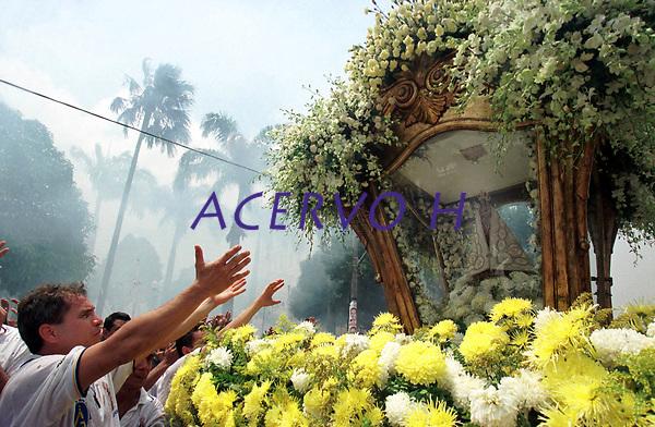 Pagadores de promessa louvam a imagem de Nossa Senhora de Nazar&eacute; durante a prociss&atilde;o do C&iacute;rio. <br />Acompanhada por cerca de 1.500.000 de pessoas, &eacute;  considerada uma das maiores prociss&otilde;es religiosas do planeta.<br />Bel&eacute;m-Par&aacute;-Brasil                  <br />10/2000 <br />&copy;Foto: Lilia Tandaya/Interfoto