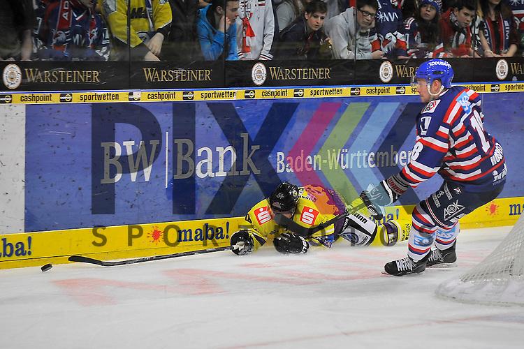 Krefelds Mitja Robar (Nr.51) gegen Mannheims Kai Hospelt (Nr.18)  beim Spiel in der DEL, Adler Mannheim - Krefeld Pinguine.<br /> <br /> Foto &copy; Ice-Hockey-Picture-24 *** Foto ist honorarpflichtig! *** Auf Anfrage in hoeherer Qualitaet/Aufloesung. Belegexemplar erbeten. Veroeffentlichung ausschliesslich fuer journalistisch-publizistische Zwecke. For editorial use only.