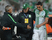 MEDELLÍN -COLOMBIA - 11-06-2017: Reinaldo Rueda técnico de Atlético Nacional le da la mano a Daniel Bocanegra durante partido de vuelta con Millonarios  por los semifinales de la Liga Águila I 2017 jugado en el estadio Atanasio Girardot de la ciudad de Medellín. / Reinaldo Rueda coach of Atletico Nacional gives the hand to Daniel Bocanegra second leg match against Millonarios  for the semifinals of the Aguila League I 2017 at Atanasio Girardot stadium in Medellin city. Photo: VizzorImage/León Monsalve/Cont