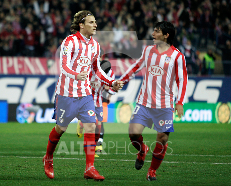 Atletico de Madrid's Diego Forlan (l) and Kun Aguero celebrate goal during La Liga match.(ALTERPHOTOS/Acero)