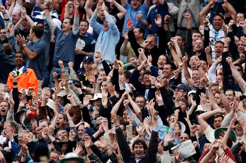 Photo: Glyn Thomas..England v Australia. nPower Test Series. The Ashes 2005..11/09/2005..England fans celebrate.