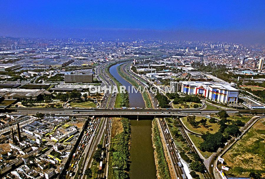 Vista aérea do Rio Tietê. São Paulo. 2002. Foto de Juca Martins.
