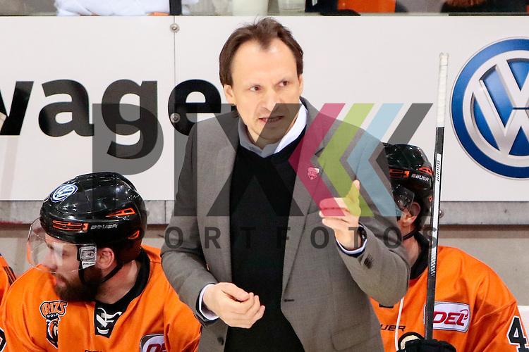 Pavel Gross (Wolfsburg, Trainer reklamiert, beschwert sich, beschweren, meckern, pessimistisch, Action, Aktion gibt Anweisungen, gestikuliert, mit den Armen gestikulieren, gives instructions, gesticulate beim Spiel in der DEL, Grizzlys Wolfsburg (orange) - Augsburger Panther (weiss).<br /> <br /> Foto &copy; PIX-Sportfotos *** Foto ist honorarpflichtig! *** Auf Anfrage in hoeherer Qualitaet/Aufloesung. Belegexemplar erbeten. Veroeffentlichung ausschliesslich fuer journalistisch-publizistische Zwecke. For editorial use only.