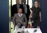 Berlin, Bundesfamilienministerin Christina Schroeder (CDU) und Bundesfinanzminister Wolfgang Schaeuble (CDU) am Donnerstag (20.06.13) vor Beginn einer Pressekonferenz zur Vorstellung der familienpolitischen Massnahmen der Bundesregierung.<br /> Foto: Michael Gottschalk/CommonLens