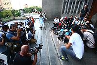 SÃO PAULO, SP - 12.02.2014 - HOMENAGEM CINEGRAFISTA- Jornalistas do Estado de São Paulo fizeram uma homenagem ao cinegrafista morto durante a manifestação no RJ Santiago Silva em frente a Catedral da Se, na regiao central da cidade de São Paulo, nesta quarta-feira, 12. (Foto: Aloisio Mauricio / Brazil Photo Press).