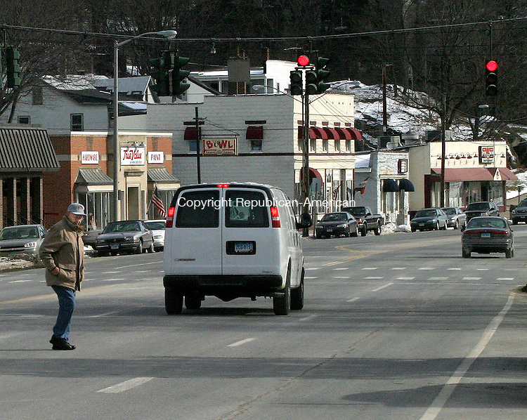 WINSTED, CT.-05 FEBUARY 2009-020510DA03-Jaywalkers cross the roadway on Main St. in Winsted Friday morning.<br /> Republican-American  Darlene Douty