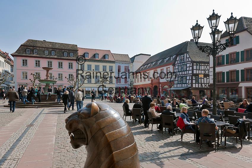 Deutschland, Rheinland-Pfalz, Neustadt an der Weinstrasse: Marktplatz mit Marktbrunnen und Loewenstatue vor dem Rathaus   Germany, Rhineland-Palatinate, Neustadt an der Weinstrasse: market square with market fountain and lion sculpture