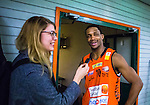 S&ouml;dert&auml;lje 2014-01-03 Basket Basketligan S&ouml;dert&auml;lje Kings - Bor&aring;s Basket :  <br /> Bor&aring;s James &quot;JJ&quot; Miller intervjuas av Expressen reporter efter matchen<br /> (Foto: Kenta J&ouml;nsson) Nyckelord:  glad gl&auml;dje lycka leende ler le intervju