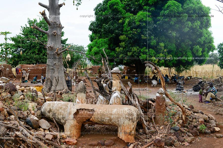 BURKINA FASO , Gaoua, Kampti, Lobi culture, Lobi is an ethnic group and they are animist and worship ancestor spirit, village KWEKWERA ( KOUEKOUERA ), fetish maker DA LEPIRTHE / Lobi Ethnie, Lobi sind Animisten und praktizieren Ahnenkulte, Dorf KWEKWERA ( KOUEKOUERA ), Fetischmeister DA LEPIRTHE