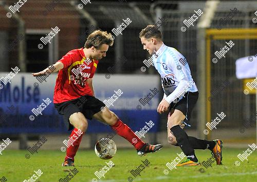 2013-03-16 / voetbal / seizoen 2012-2013 / Verbroedering Geel-Meerhout - Capellen / Bram Poell (r) (VGM) probeert voorbij Senne Vanderheyden (l) (Capellen) te dribbelen.
