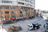 SÃO BERNARDO DO CAMPO, SP,07 FEVEREIRO 2012 - DESABAMENTO PREDIO - Publico observa equipes de resgate trabalham no prédio atingido por uma explosão que derrubou três lajes na noite de ontem (6), no centro de São Bernardo do Campo, no ABC paulista, e deixou ao menos uma criança morta e duas pessoas feridas. FOTO: ADRIANO LIMA - NEWS FREE