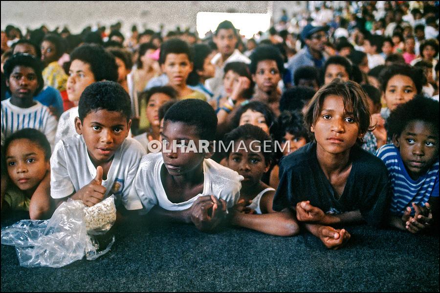 Crianças na quadra da escola de samba, favela da Rocinha. Rio de Janeiro. 1988. Foto Juca Martins