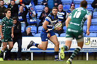 Matt Banahan of Bath Rugby runs in a try in the first half. Aviva Premiership match, between London Irish and Bath Rugby on November 19, 2017 at the Madejski Stadium in Reading, England. Photo by: Patrick Khachfe / Onside Images
