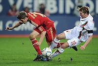 FUSSBALL   1. BUNDESLIGA  SAISON 2011/2012   12. Spieltag FC Augsburg - FC Bayern Muenchen         06.11.2011 Thomas Mueller (li, FC Bayern Muenchen) gegen Jan Ingwer Callsen Bracker (FC Augsburg)
