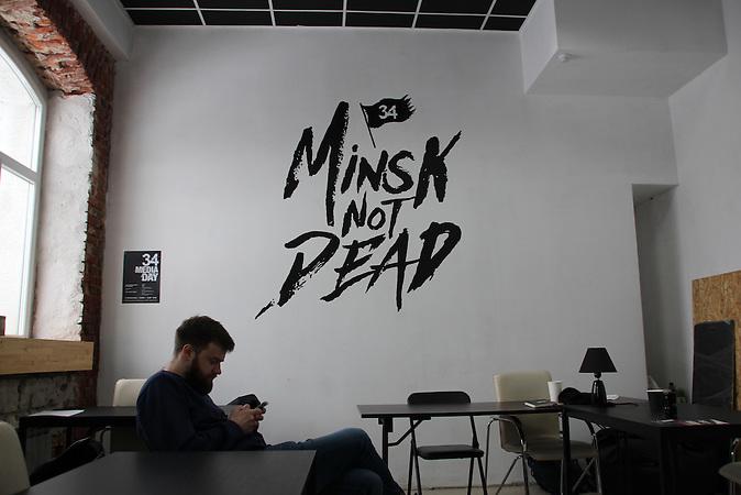 """Anton Kaschlikow ist der Leiter des Online-Reisemagazins 34travel. """"Minsk not dead"""" steht an der Wand der Redaktion geschrieben. """"Junge Menschen haben aufgehört zu versuchen, das System zu ändern. Sie haben angefangen, ihre eigene Infrastruktur aufzubauen"""", sagt der 31-Jährige. Sein Team entwickelte einen englischsprachigen Online-Guide für Minsk, um mehr ausländische Touristen in die Stadt zu locken."""
