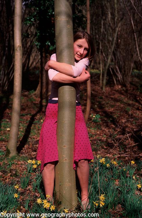 A912H7 Girl hugging tree hug young woman trees