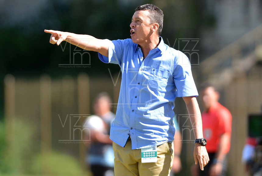 ITAGÜÍ - COLOMBIA, 11-08-2018: Carlos Hoyos, técnico de Atletico Bucaramanga, gesticula durante el encuentro entre Leones FC y Atletico Bucaramanga por la fecha 4 de la Liga Águila II 2018 jugado en el estadio Metropolitano de Itagüí. / Carlos Hoyos, coach of Atletico Bucaramanga, gestures during the match between Leones FC and Atletico Bucaramanga for the date 4 of the Aguila League II 2018 played at Metropolitano stadium in Itagui city.  Photo: VizzorImage / León Monsalve / Cont