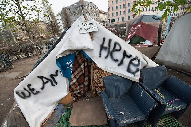 Fluechtlingscamp auf dem Oranienplatz in Berlin-Kreuzberg.<br />In langwierigen Verhandlungen haben Verantwortlich von Bezirk und Senat mit einem Teil der auf dem Lampedusa-Fluechttlinge, die seit ueber 1 1/2 Jahren auf dem Kreuzberger Oranienplatz campieren, eine Abmachung getroffen in der festgehalten ist, dass die Fluechtlinge in eine feste Unterkunft einziehen koennen und ihre Antraege auf Asyl wohlwollend geprueft werden. Das Verhandlungsergebnis wurde am Dienstag den 1. April 2014 auf einer improvisierten Pressekonferenz vom selbsternannten Wortfuehrer der Oranienplatz-Fluechtlinge vorgetragen. Zur Bekraeftigung zeigte er zu der Vereinbarung eine Liste mit Unterschriften von umzugswilligen Fluechtlingen. Fluechtlinge die schon vor einem Jahr in eine ebenfalls in Kreuzberg gelegene leerstehende Schule gezogen waren, sind laut eigener  von Bezirk, Senat und dem selbsternannten Sprecher nicht in die Verhandlungen mit einbezogen worden. Dennoch behauptete der selbsternannte Fluechtlingssprecher, sie seien mit der Vereinbarung einverstanden. Auf der Pressekonferenz brach daraufhin ein lautstarker Streit unter den Fluechtlingen aus. Die Fluechtlinge aus der Schule fuehlten sich zum wiederholten Mal vom selbsternannten Sprecher hintergangen.<br />Etwa 25-30 Fluechtlinge vom Oranienplatz begaben sich dann zu der angebotenen Unterkunft in dem benachbarten Stadtteil Friedrichshain.<br />1.4.2014, Berlin<br />Copyright: Christian-Ditsch.de<br />[Inhaltsveraendernde Manipulation des Fotos nur nach ausdruecklicher Genehmigung des Fotografen. Vereinbarungen ueber Abtretung von Persoenlichkeitsrechten/Model Release der abgebildeten Person/Personen liegen nicht vor. NO MODEL RELEASE! Don't publish without copyright Christian-Ditsch.de, Veroeffentlichung nur mit Fotografennennung, sowie gegen Honorar, MwSt. und Beleg. Konto:, I N G - D i B a, IBAN DE58500105175400192269, BIC INGDDEFFXXX, Kontakt: post@christian-ditsch.de]