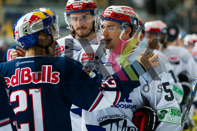 Eishockey, DEL, EHC Red Bull M&uuml;nchen - Schwenninger Wild Wings <br /> <br /> Im Bild Dominik KAHUN (EHC Red Bull M&uuml;nchen, 21), Tim BENDER (Schwenninger Wild Wings, 55) beim Shake Hands <br /> <br /> Foto &copy; PIX-Sportfotos *** Foto ist honorarpflichtig! *** Auf Anfrage in hoeherer Qualitaet/Aufloesung. Belegexemplar erbeten. Veroeffentlichung ausschliesslich fuer journalistisch-publizistische Zwecke. For editorial use only.