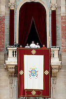 Papa Francesco si affaccia dalla loggia della Basilica di San Pietro in occasione del messaggio Urbi et Orbi per il giorno di Natale, Citta' del Vaticano, 25 dicembre 2016. <br /> Pope Francis waves from the balcony of St Peter's basilica during the traditional &quot;Urbi et Orbi&quot; (to the city and the world) Christmas message at the Vatican on December 25, 2016.<br /> UPDATE IMAGES PRESS/Isabella Bonotto<br /> <br /> STRICTLY ONLY FOR EDITORIAL USE