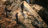 SAO PAULO, SP, 28 DE FEVEREIRO 2013 - QUEDA DE MARQUISE - Caes farejadores auxiliam os bombeiros procuram por pessoas sobre os escombros da marquise de um prédio que desabou no bairro da Liberdade, região central de São Paulo, no início da noite desta quinta-feira. Pelo menos uma pessoa morreu no incidente. FOTO: VANESSA CARVALHO - BRAZIL PHOTO PRESS.