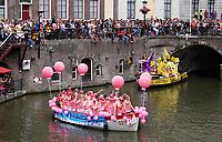 Nederland  Utrecht - 2018. Voor het tweede jaar vaart de Utrecht Canal Pride door de binnenstad. Roze Werkt. Boot van het UWV.   Foto mag niet in negatieve / schadelijke context gepubliceerd worden.   Foto Berlinda van Dam / Hollandse Hoogte.