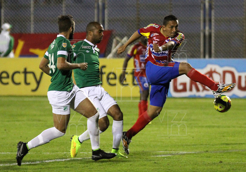 PASTO -COLOMBIA, 13-09-2014. Jairo Patiño (Der) jugador del  Deportivo Pasto dispara al arco del Deportivo Cali durante partido por la fecha 9 Liga Postobón II 2014 jugado en el estadio La Libertad de Pasto./ Jairo Patiño player of Deportivo Pasto hits the ball to the arch of Deportivo Cali duriong match for the 9th date of Postobon  League II 2014 played at La Libertad stadium in Pasto. Photo: VizzorImage / Leonardo Castro / STR