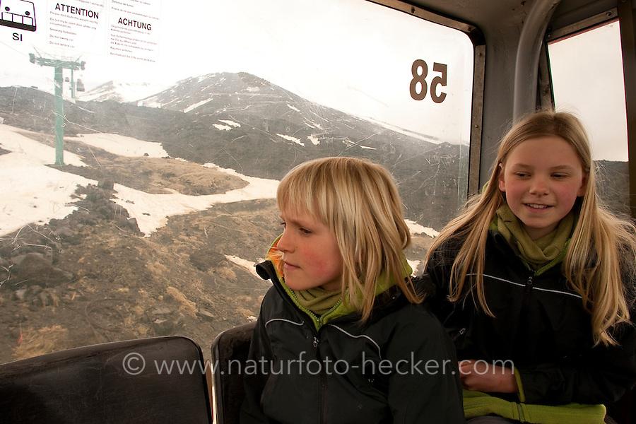 Geländewagen, Geländebus bringt Touristen mit Schneeketten an den Gipfel des Etna, Kind, Kinder im Bus gucken aus dem Fenster, Ätna, Etna, Lavagestein, Vulkan, karge Vulkanlandschaft, Italien, Sizilien, Mount Etna, volcano