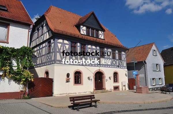 Rathaus von Nackenheim mit der Büste von Carl Zuckmayer (1896-1977)