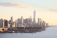 Blick auf Manhattan und den Freedom Tower am World Trade Center von der Norwegian Breakaway am Manhattan Cruise Terminal