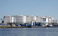 Nederland Amsterdam 2018. MAIN bv langs het Noordzeekanaal. Maritieme Afvalstoffen Inzameling Nederland is gevestigd aan de Petroleumhavenweg in Amsterdam. Het bedrijf heeft meer dan 20 jaar ervaring met het inzamelen en verwerken van scheepsafvalstoffen. Tevens beschikt MAIN over specialistische kennis op het gebied van (scheeps)reiniging. In de havens van Den Helder verzorgt MAIN de levering van drinkwater en walspanning. Foto Berlinda van Dam / Hollandse Hoogte