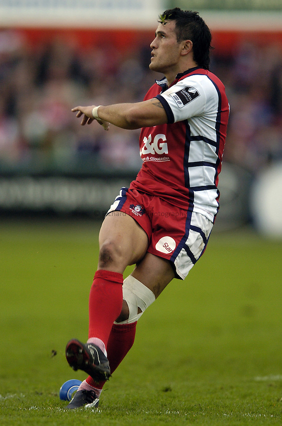 Photo: Jonathan Butler..Gloucester Rugby v Agen. Heineken Cup. 28/10/2006..Willie Walker of Gloucester kicks.