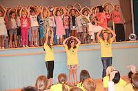 Schulchor der Lindenschule tritt auf. Die zu verabschiedenden Vierklässler stehen vor der Bühne