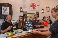 France, Pyrénées-Atlantiques (64), Pays-Basque, Saint-Jean-de-Luz: Restaurant municipal , La Grillerie de Sardines , Bruno Pinaqui et son équipe, Le restaurant , géré par l'office du tourisme, emploie des jeunes étudiants de la ville pour la saison estivale.  // France, Pyrenees Atlantiques, Basque Country, Saint Jean de Luz:  Municipal restaurant, La Grillerie de Sardines  , Bruno Pinaqui and his staff [Non destiné à un usage publicitaire - Not intended for an advertising use]
